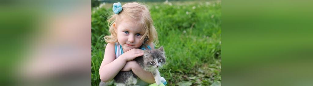 ژست عکس کودک دختر با حیوانات خانگی