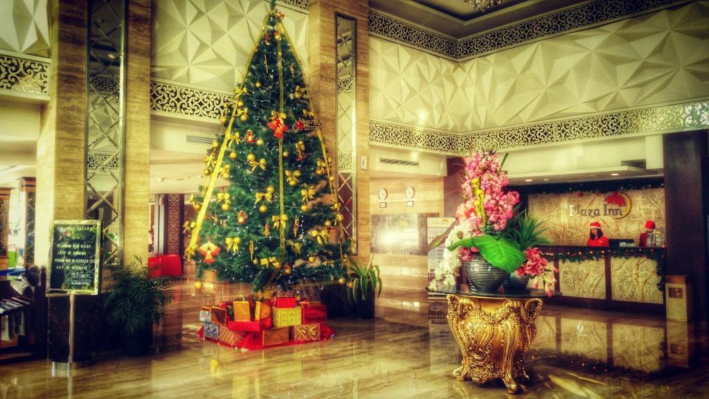 تزیین شیک و خاص درخت کاج کریسمس تالار و هتل