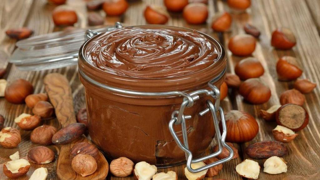 طرز تهیه شکلات صبحانه ساده خانگی خوشمزه فندقی با شیر و کاکائو