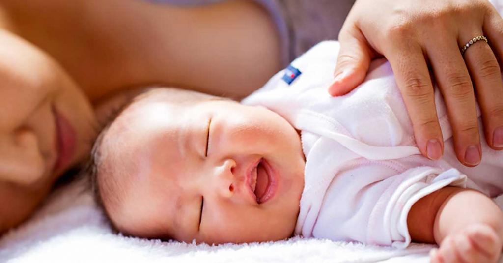 چه چیزی باعث می شود نوزادان در هنگام خواب بخندند؟