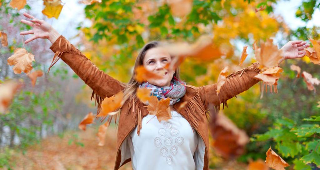ژست عکس پاییزی دخترانه در طبیعت