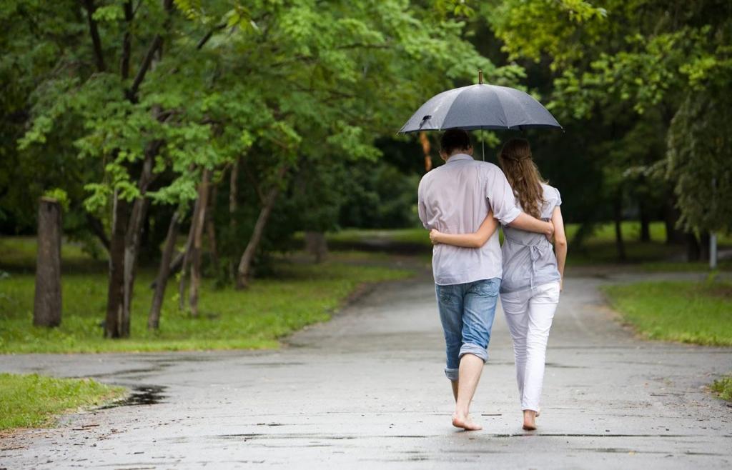 زیباترین عکس ست دختر و پسر برای پروفایل مدل عاشقانه قدم زدن در باران