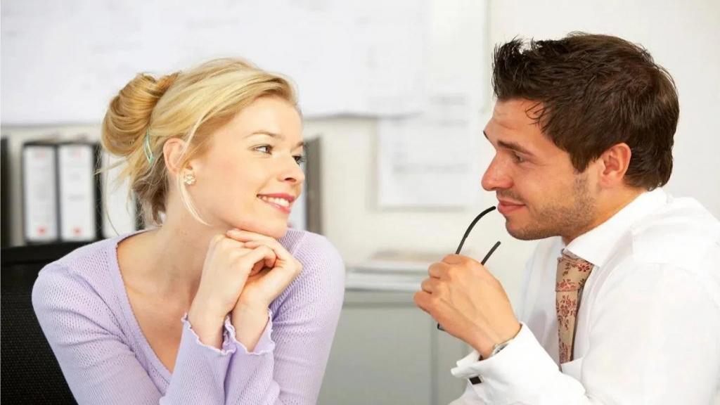 44 نشانه زبان بدن (ارتباط غیر کلامی) دختری که شما را دوست دارد