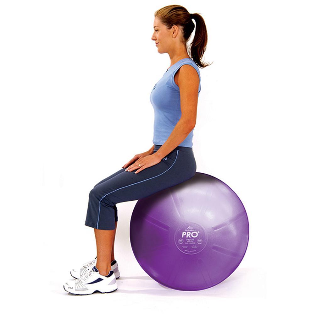 نشستن بر روی توپ تمرینی برای تقویت استخوانها