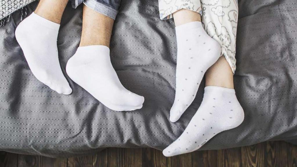 خوابیدن با جوراب: فواید پوشیدن جوراب زمان خواب با پشتوانه علمی