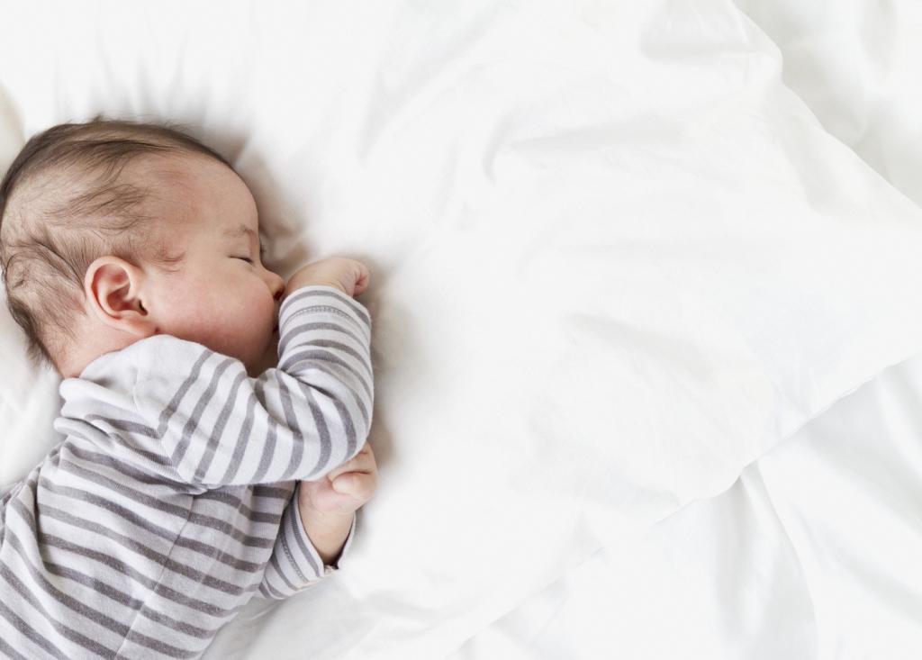 چرا برای نوزادان، خوابیدن به پهلوها خطرناک است