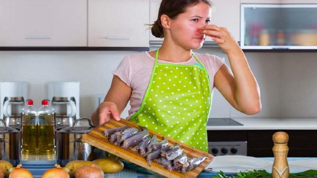 17 راهکار برای خلاص شدن از شر بوی ماهی از آشپزخانه و ظروف