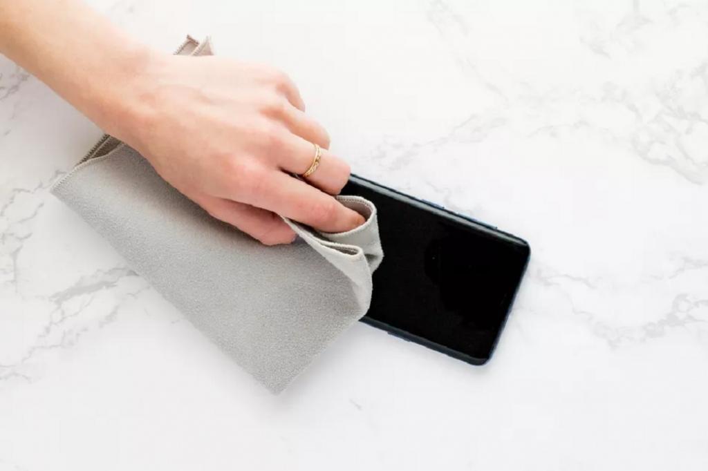 استفاده از پارچه میکروفایبر برای پاک کردن کل گوشی
