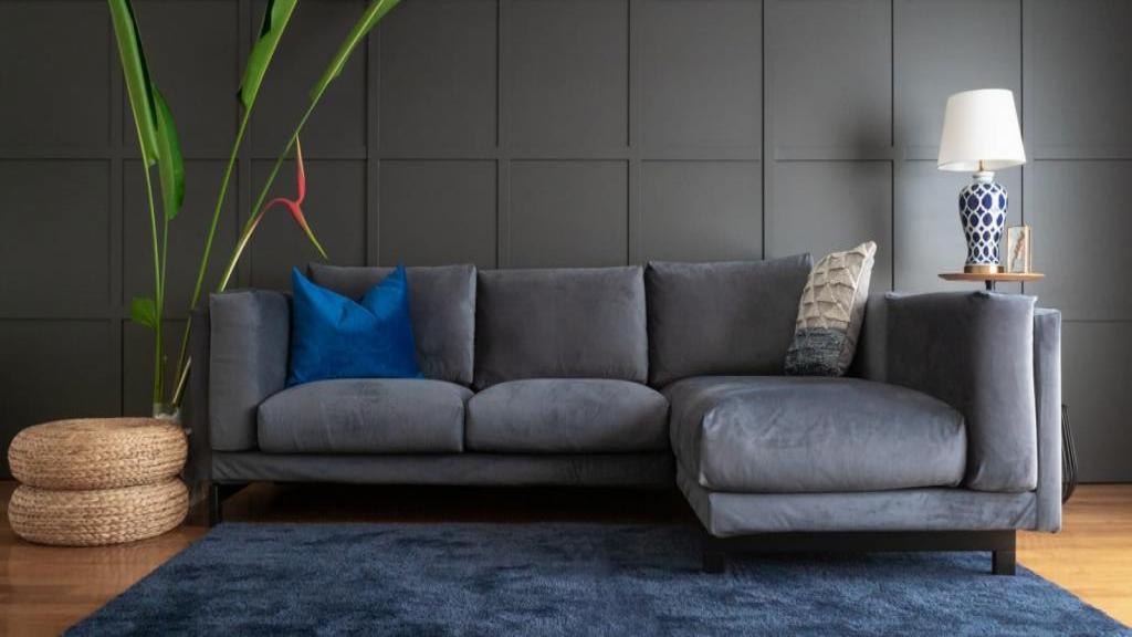 تمیز کردن مبل مخمل با راه های ساده و کاربردی در خانه