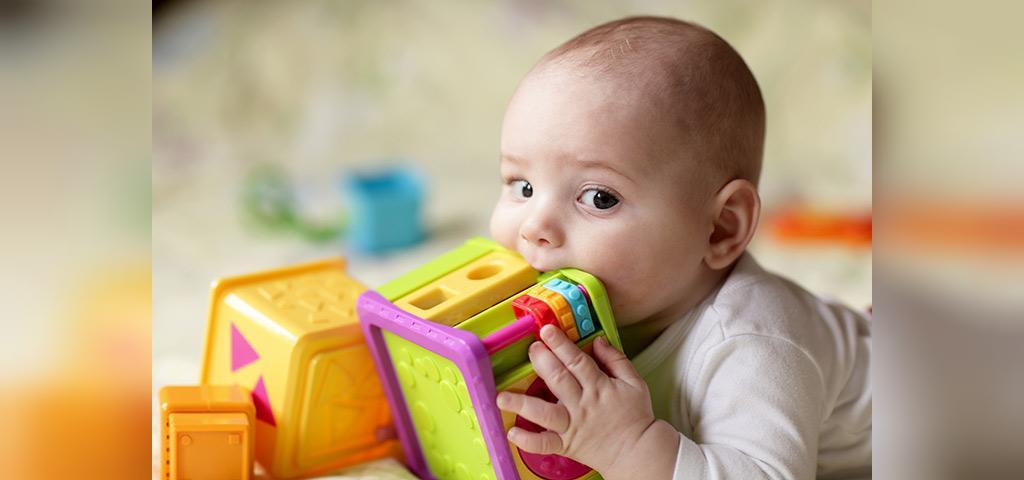کودک می خواهد همه چیز را در دهان خود قرار دهد