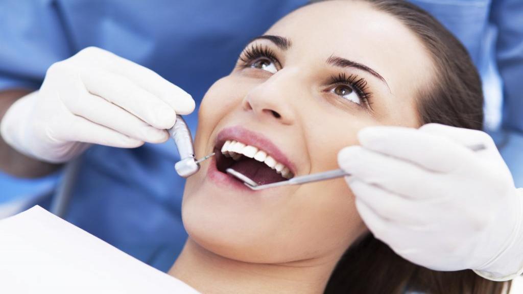 مراقبت های لازم پس از کشیدن دندان: نکاتی برای بهبودی و غذاهایی که می توانید بخورید