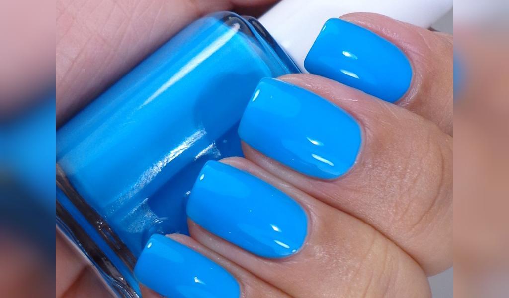رنگ لاک ناخن آبی مناسب برای پوست زیتونی متوسط