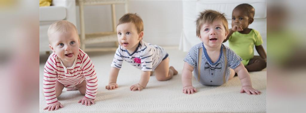 بچه ها از چه سنی شروع به خزیدن (سینه خیز یا چهار دست و پا رفتن) میکنند؟
