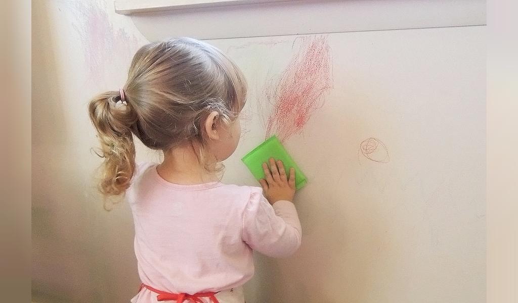 پاک کردن لکه جوهر از دیوار
