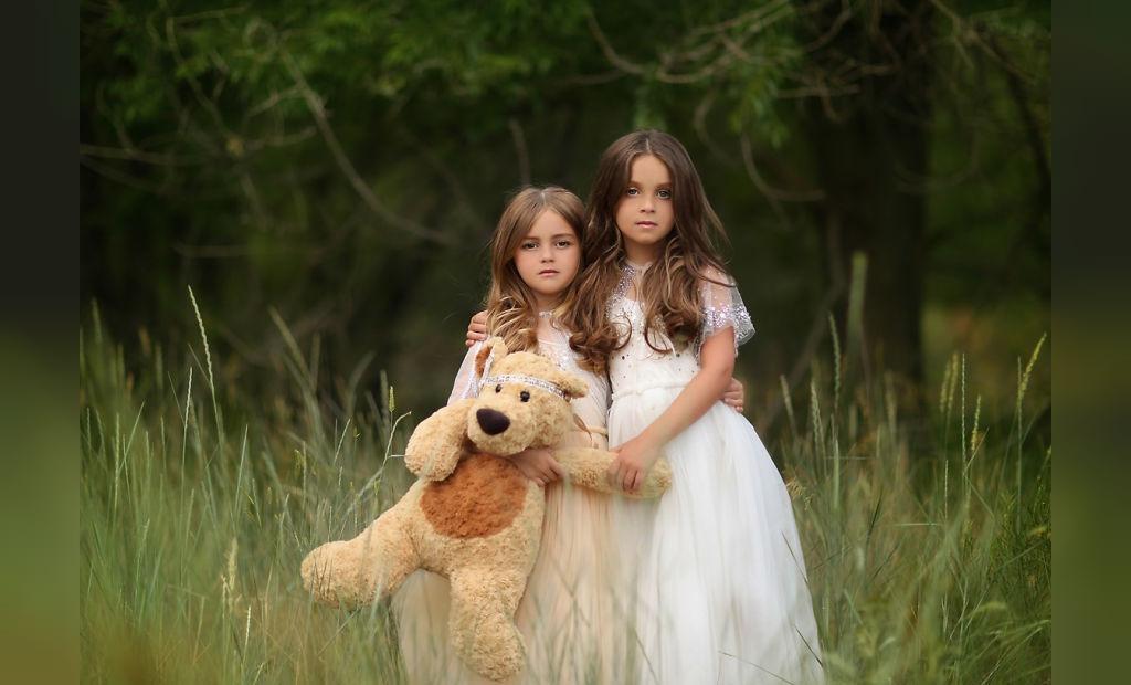 ژست عکس کودک با اسباب بازی در طبیعت