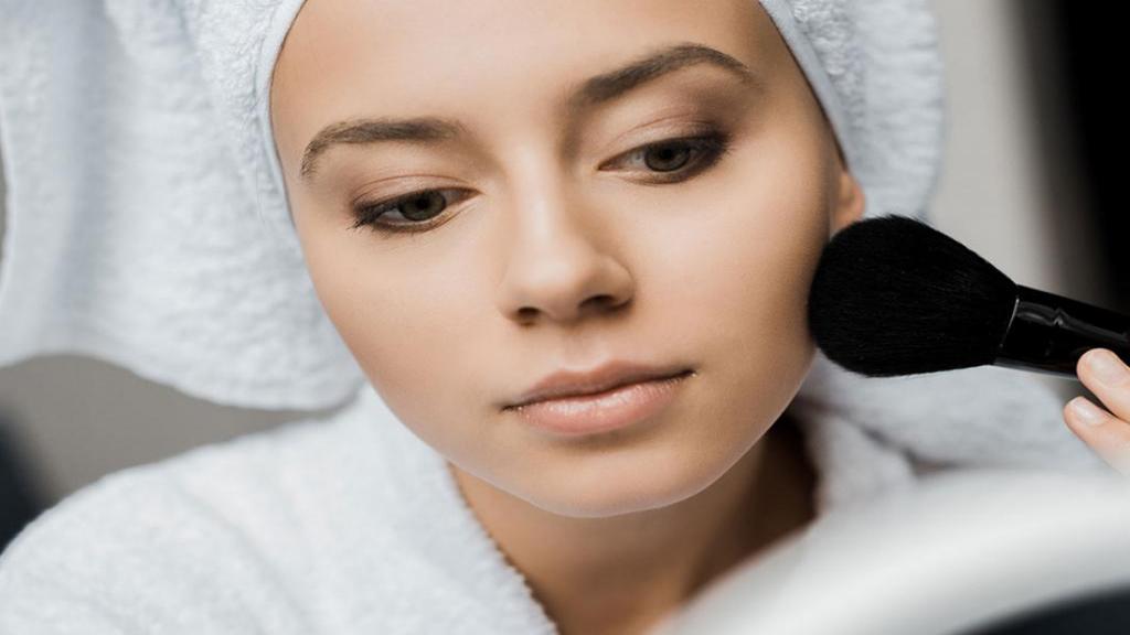 5 ترفند و توصیه های آرایشی ساده و مهم برای پوست های چرب