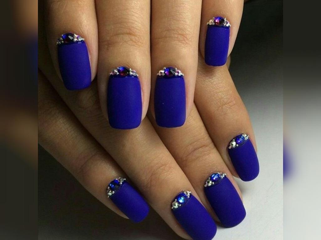 رنگ لاک ناخن آبی مناسب برای پوست روشن