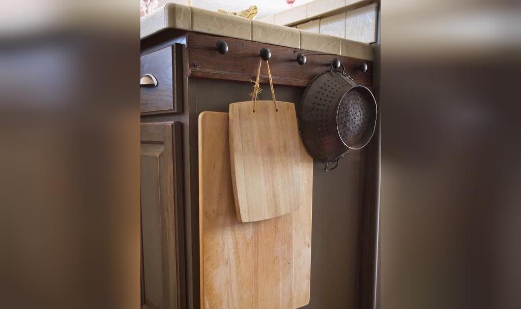 مناسب ترین جا برای آویزان کردن وسایل سنگین و بد قواره در آشپزخانه کوچم