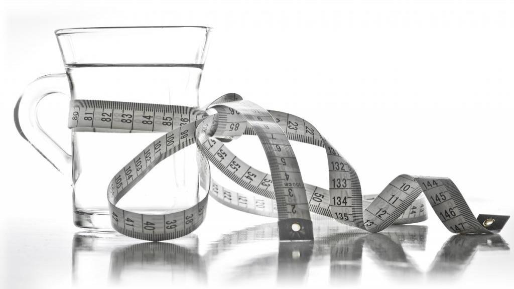 6 دلیل اینکه چرا نوشیدن آب به کاهش وزن و لاغری کمک می کند