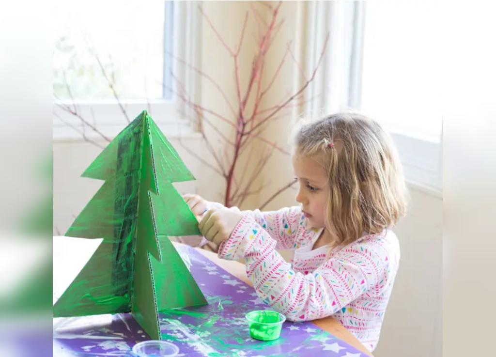 رنگ آمیزی درخت کریسمس روی مقوا