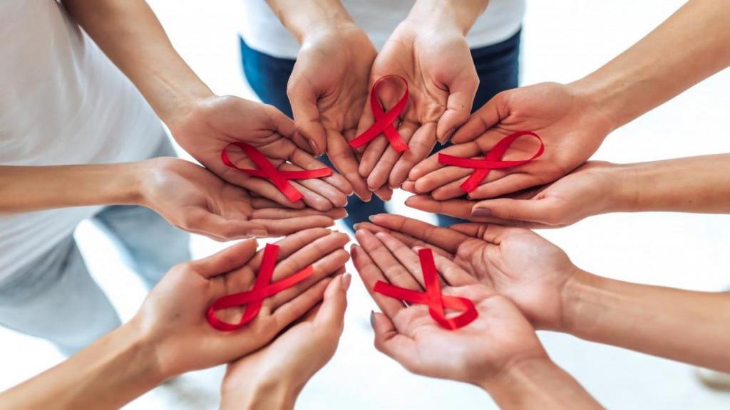ایدز چیست؟ علائم، عامل ایدز، راه های تشخیص و درمان ایدز کدام است؟ تفاوت HIV با ایدز در چیست؟