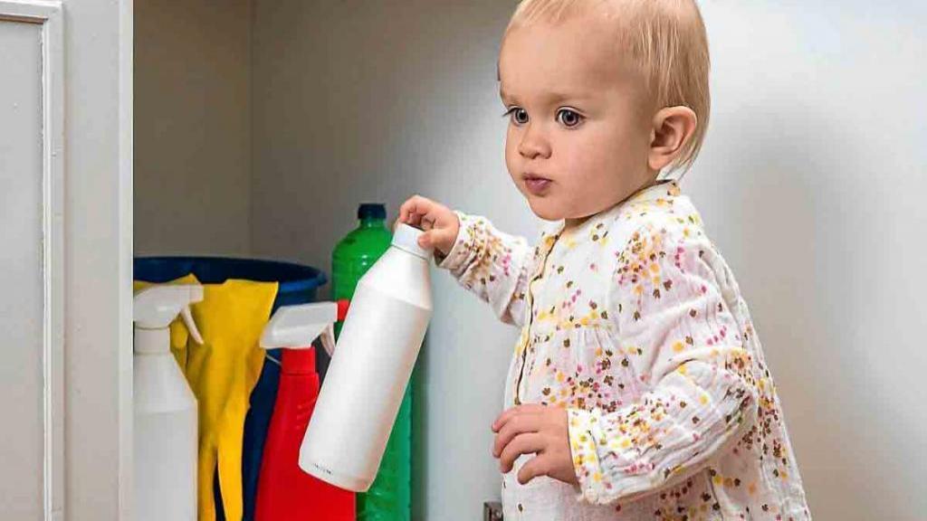 عوارض خوردن مواد شوینده توسط کودکان و اقدامات بعد از آن
