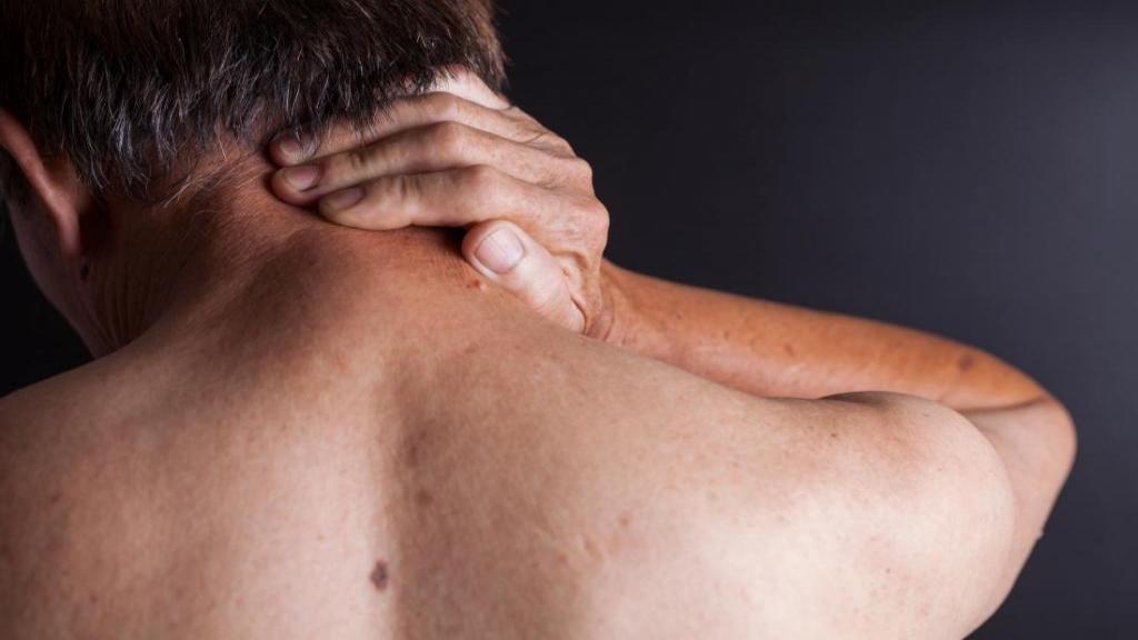 آرتریت روماتوئید گردن؛ علائم، راه تشخیص و درمان + رابطه آن با انواع سردردها