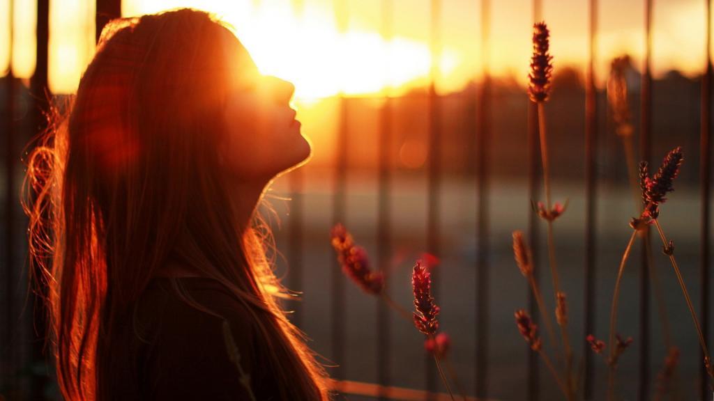 عکس دختر تنها و غروب آفتاب