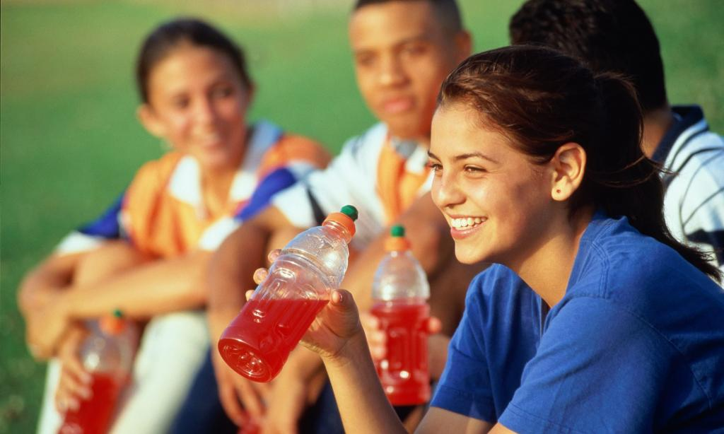 چرا نوجوانان ممکن است دوست داشته باشند که نوشیدنی انرژی زا بنوشند؟