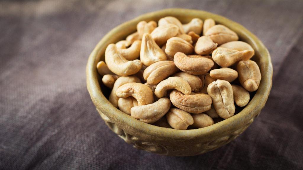 خواص بادام هندی: 4 مزیت بادام هندی برای سلامتی و قلب + روش استفاده و عوارض آن