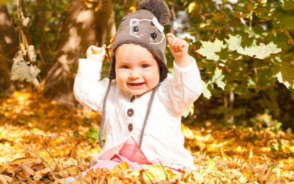 ژست زیبا عکس پاییزی نوزاد