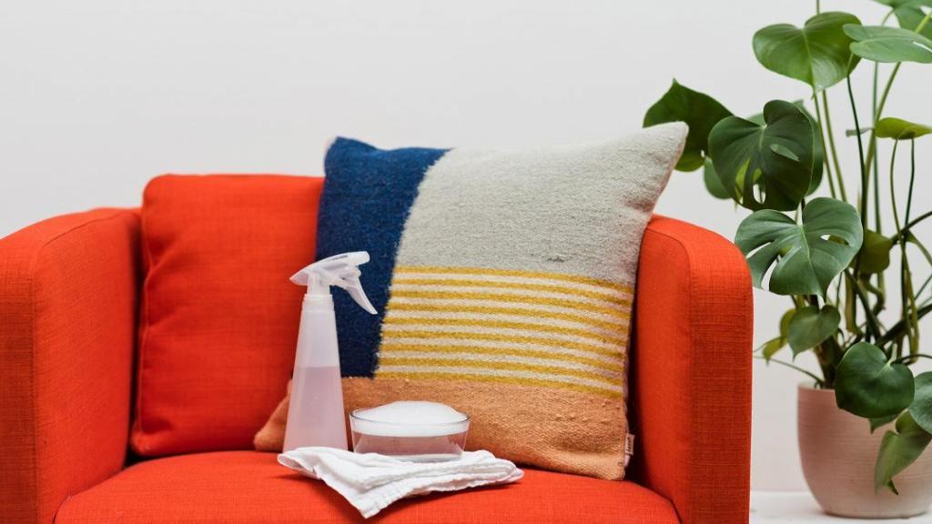 تمیز کردن مبل پارچه ای با روش کاربردی و مواد طبیعی در خانه
