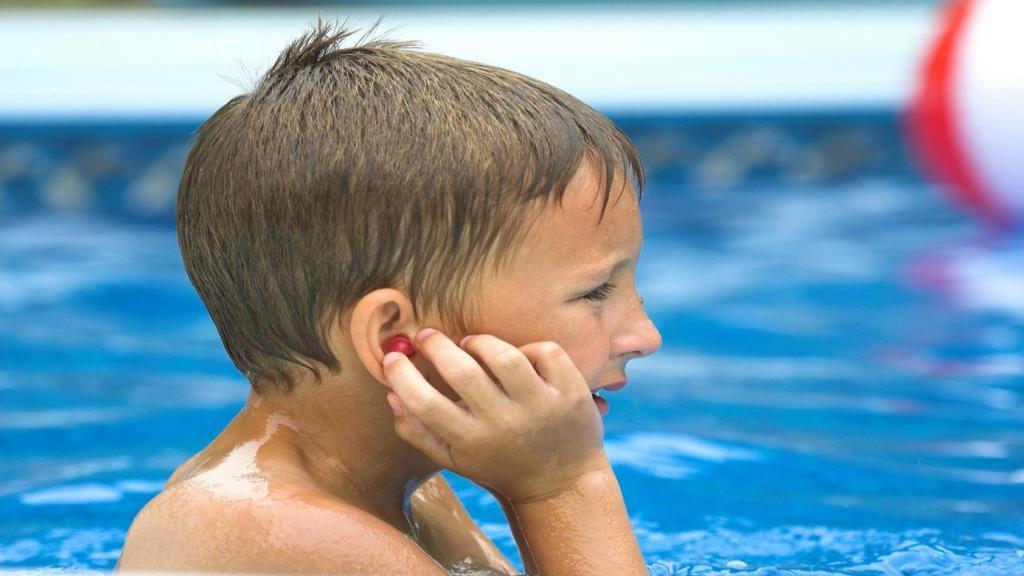 اوتیت گوش خارجی؛ علائم، علل، تشخیص و درمان عفونت گوش شناگر