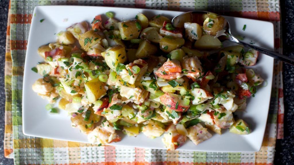طرز تهیه سالاد سیب زمینی و مرغ خوشمزه و مجلسی با جعفری