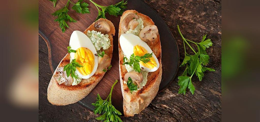 طرز تهیه بروسکتا قارچ و تخم مرغ برای کودکان