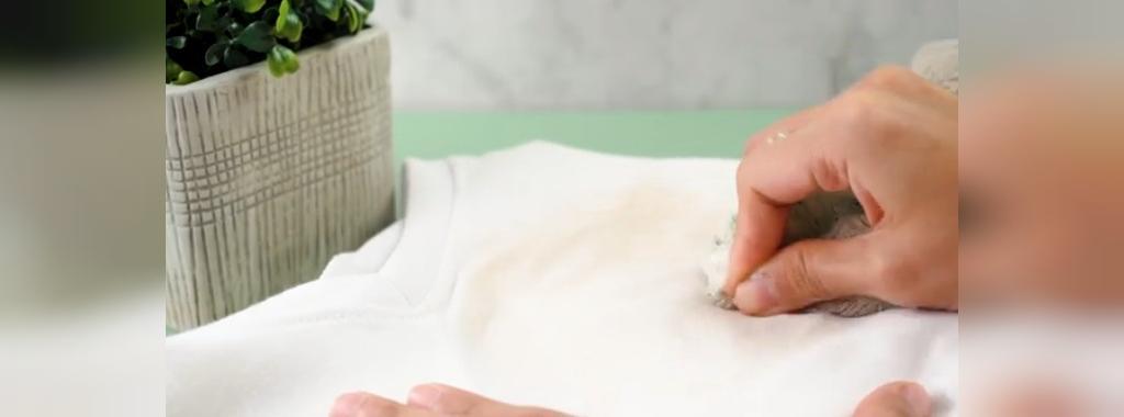 لکه را با پارچه پاک کنید، در صورت لزوم دوباره آب و شامپو روی آن بکار ببرید