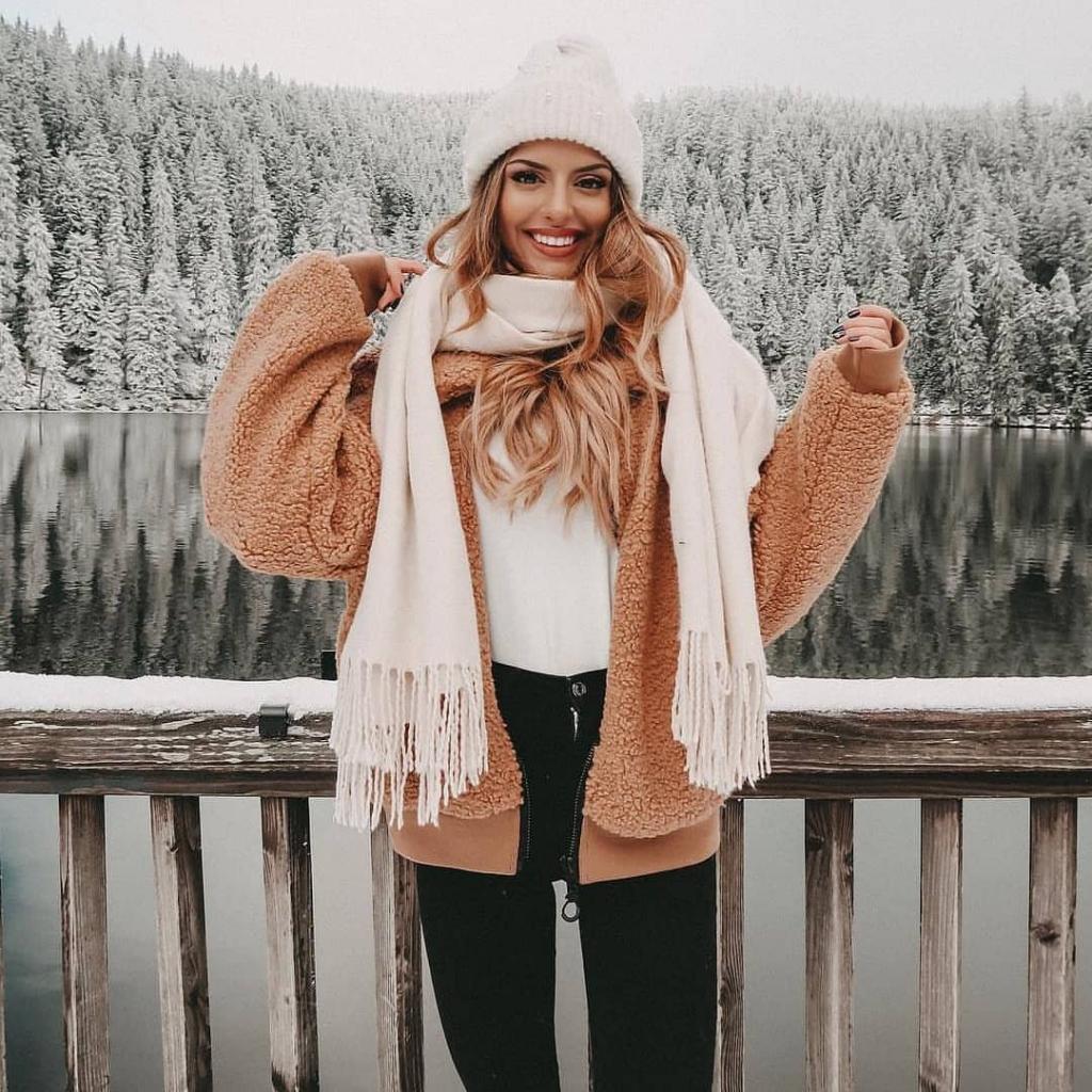 ژست عکس شاد زمستانی دخترانه اینستاگرامی