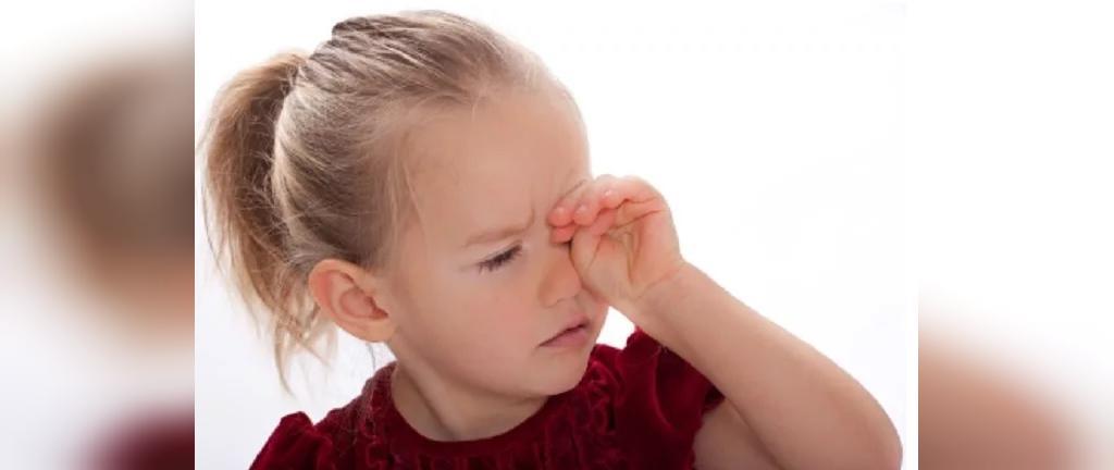 علل مالیدن چشم نوزادان