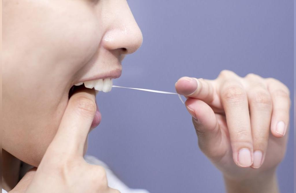 استفاده از نخ دندان برای پیش گیری از بروز حساسیت دندان