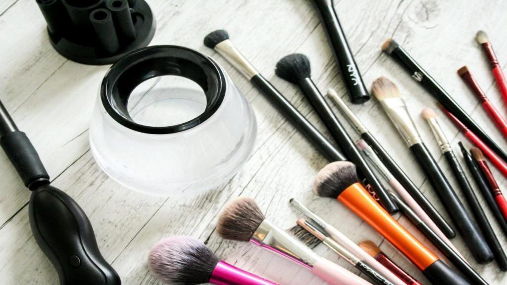 چگونه براش های آرایشی را تمیز کنیم + نحوه شستن برس کرم پودر
