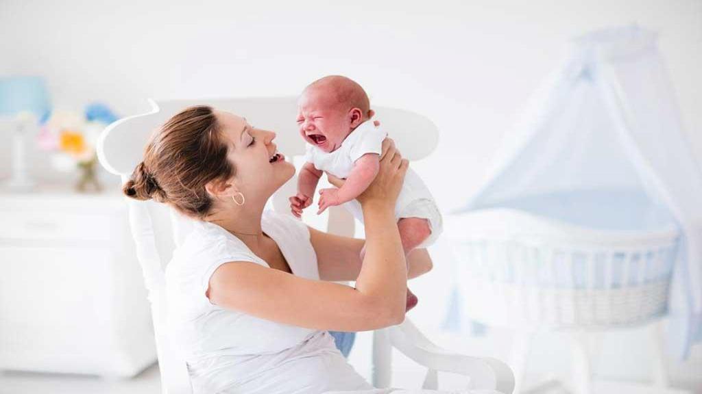 دلایل گریه نوزاد؛ 12 روش خانگی مؤثر برای متوقف کردن گریه نوزادان