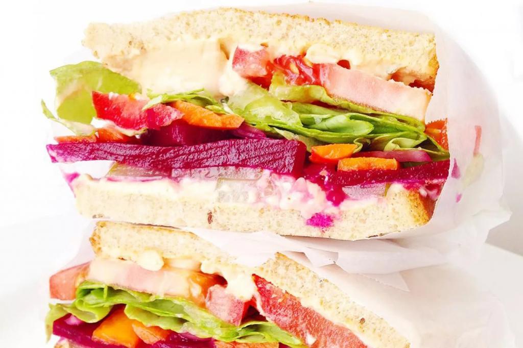 ساندویچ گیاهی (حمص) نخود و ترشی سبزیجات