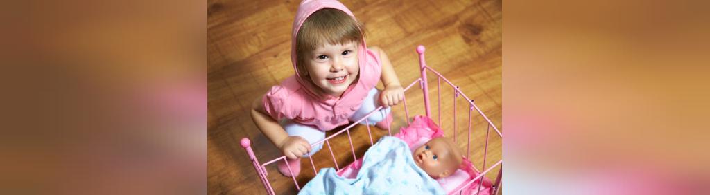 ژست عکس دختربچه با اسباب بازی