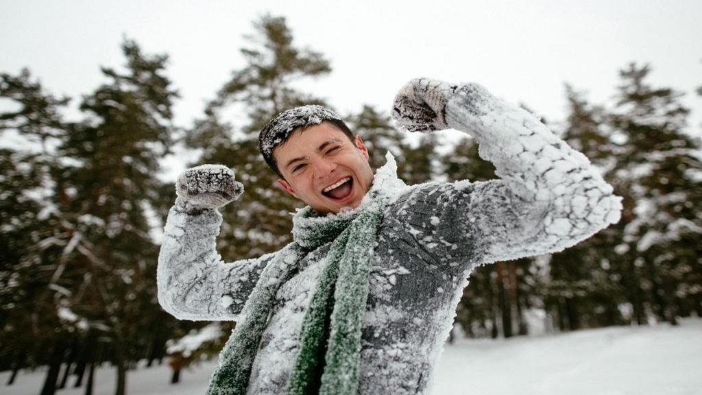 ژست عکاسی پسرانه و مردانه در برف و طبیعت زمستانی شیک و جدید