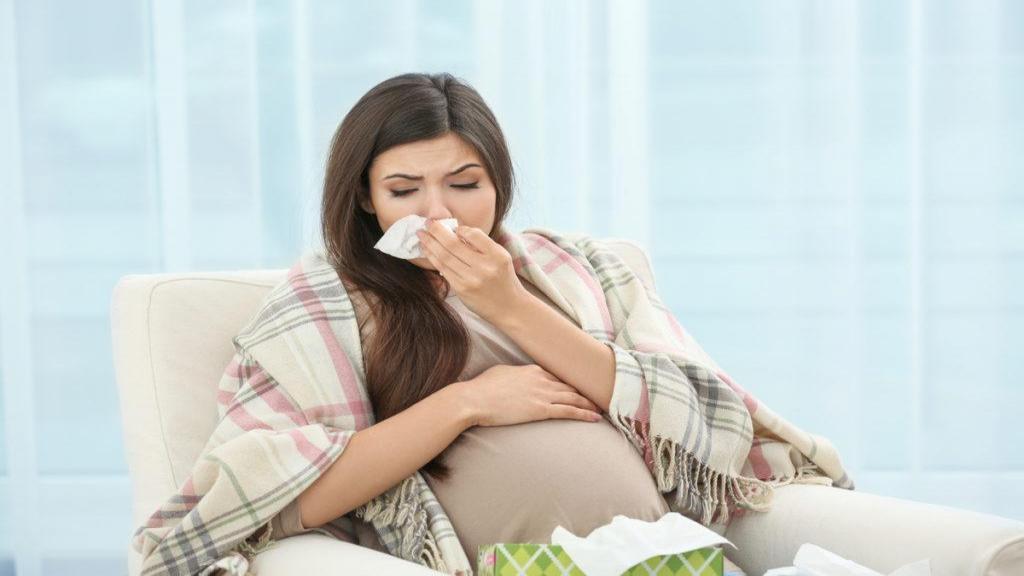 نشانه های گلو درد و سرفه در دوران بارداری و درمان های خانگی برای رفع آن