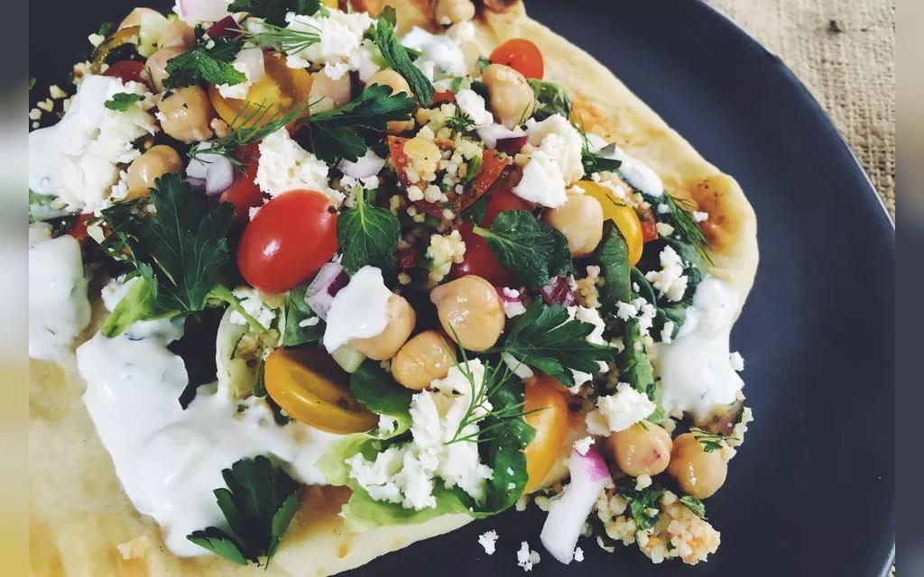 ساندویچ گیاهی نان پیتا خاورمیانه ای