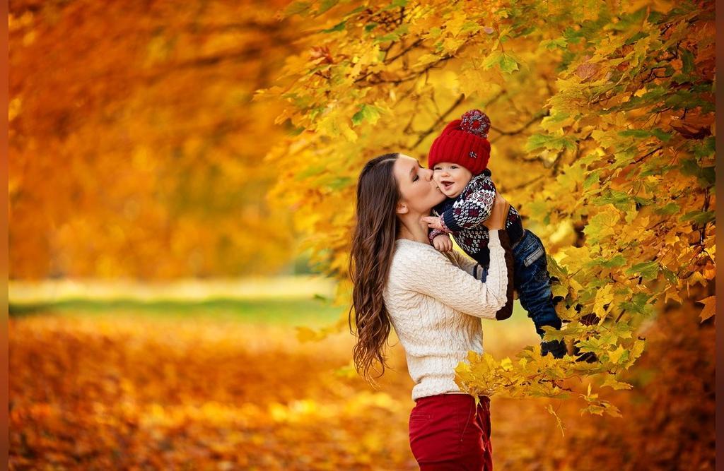 ژست عکس پاییزی نوزاد در جنگل