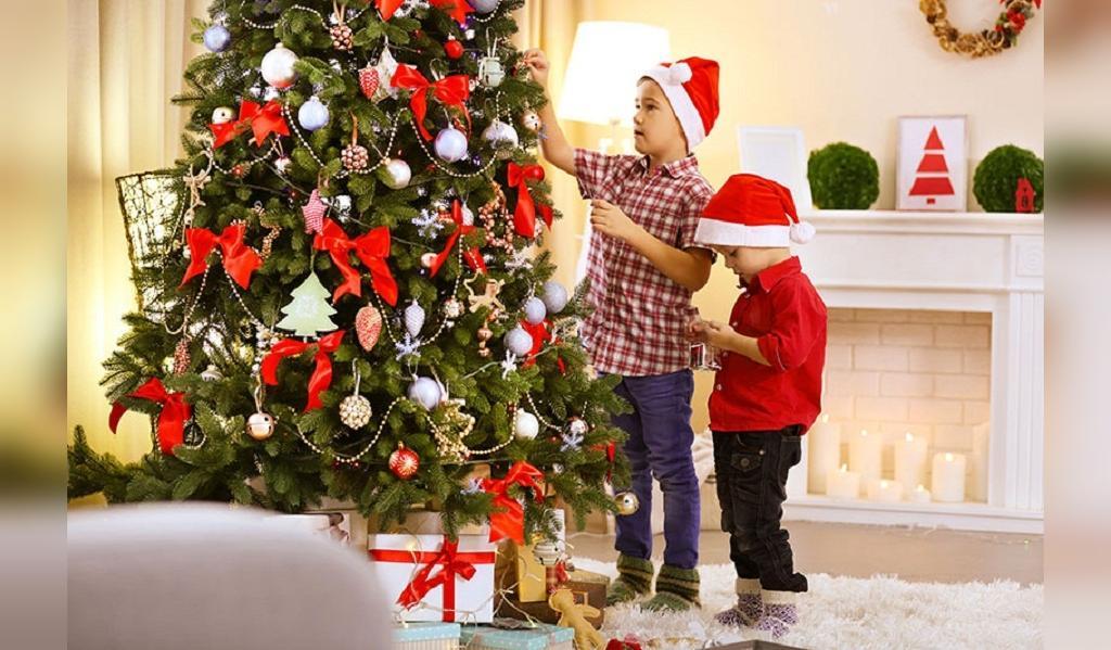 عکس تزیین درخت کریسمس در خانه