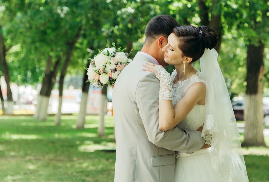 عکس عاشقانه عروس و داماد ایرانی در باغ