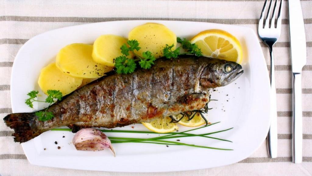 طرز تهیه ماهی قزل آلا سرخ کرده رستورانی خوشمزه در ماهیتابه